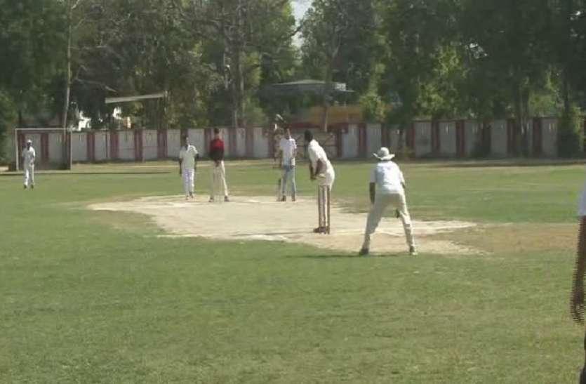 क्रिकेट मैच खेलकर प्रशासन ने दिया मतदान जागरुकता का संदेश