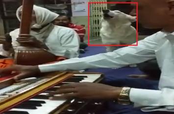 ये डॉगी मंदिर में इंसानों की तरह गाता है भजन-कीर्तन, बटोर रहा है लोगों की तारीफ वीडियो हुआ वायरल