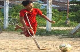 बैसाखी के सहारे चलने वाले इस लड़के ने खेला इतना जबरदस्त फुटबॉल, वीडियो हो गया वायरल