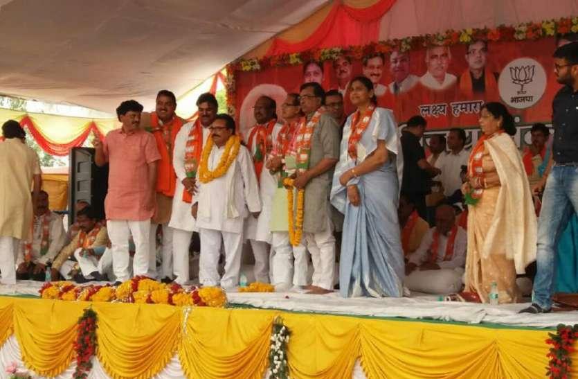 lok sabha election 2019 लोकसभा चुनाव से पहले कांग्रेस को बड़ा झटका, मंत्री का भाई बीजेपी में शामिल