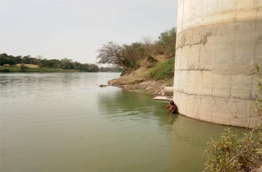 नगरपालिका के इंटकवेल में बचा छह फुट पानी, हर दिन घट रहा डेढ़ इंच जलस्तर, अब एक दिन के अंतराल से आएंगे नल