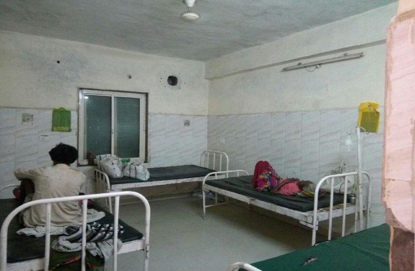 अस्पताल में नहीं किए गए कूलर चालू, पंखे की गर्म हवा से मरीज परेशान