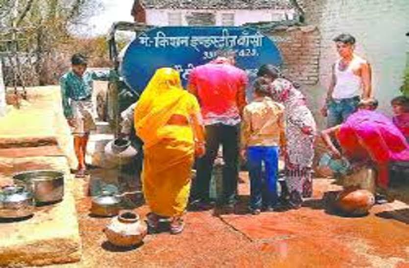जलसंकट: बूंद-बूंद को तरस रहे ग्रामीण, खरीदकर टैंकर के माध्यम से ला रहे पानी