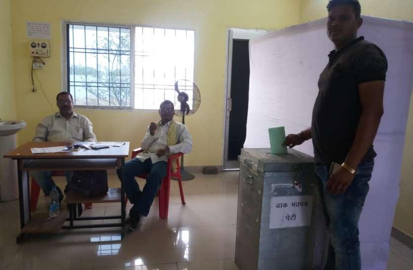 पुलिसकर्मियों, नव विभाग व नगरसैनिकों ने शुरू किया मतदान