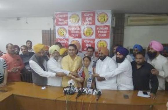 पंजाब में कांग्रेस नेता शमशेर सिंह दुलो की पत्नी 'आप' में शामिल, पार्टी ने फतेहगढ साहिब से बनाया प्रत्याशी