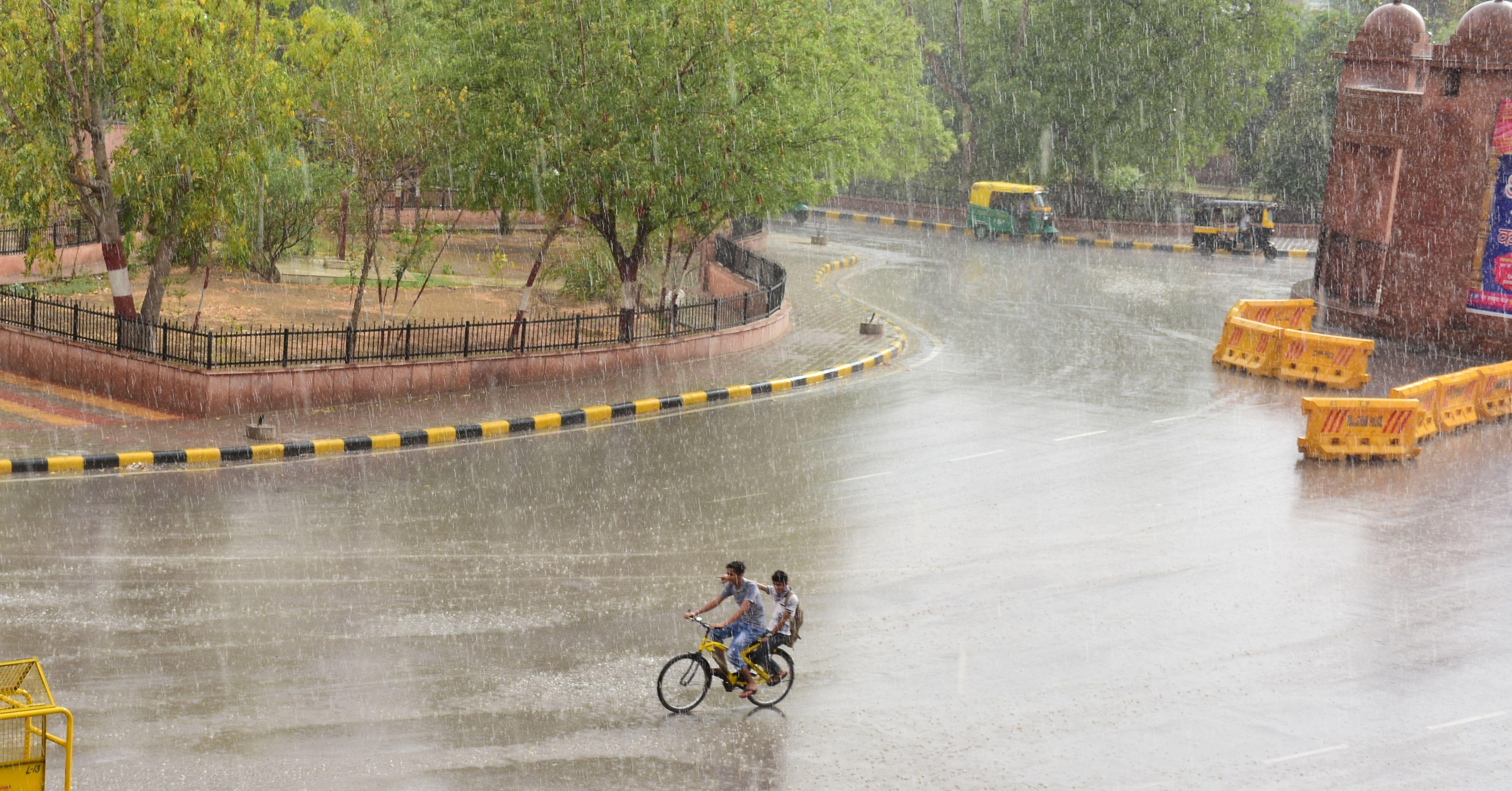 बारिश के साथ ओलावृष्टि, तापमान में 11 डिग्री की गिरावट दर्ज