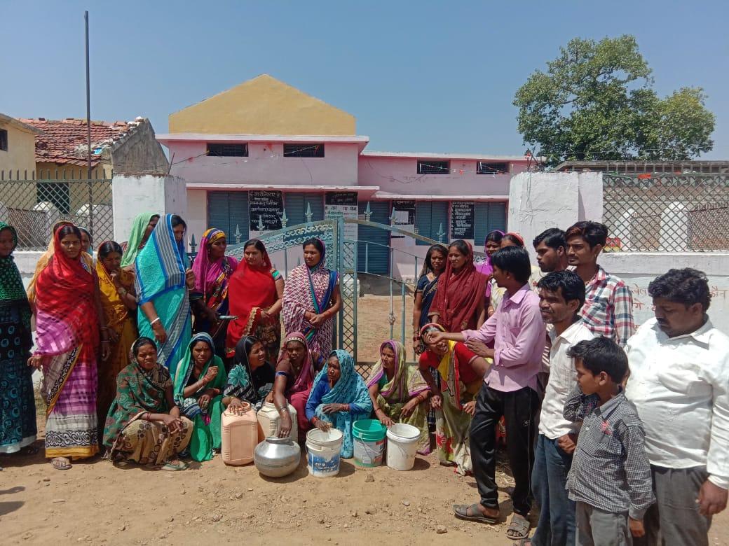 पर्याप्त पानी के बाद भी आधा गांव प्यासा
