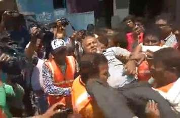 VIDEO : निगम ने दुकान तोड़ी तो व्यापारी ने खा लिया कीटनाशक, लेकर भागे अस्पताल