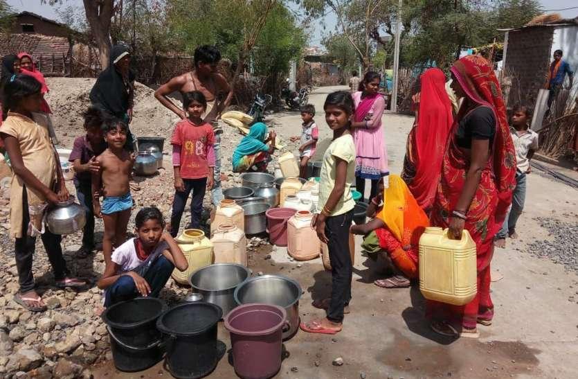 19 गांव की पेयजल सप्लाई बंद, दो किमी दूर खेतों से पानी लाने को मजबूर ग्रामीण
