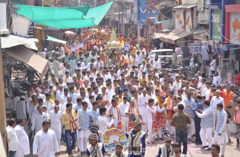 VIDEO दो रजत रथ पर विराजित होकर शहर भ्रमण पर निकले भगवान महावीर