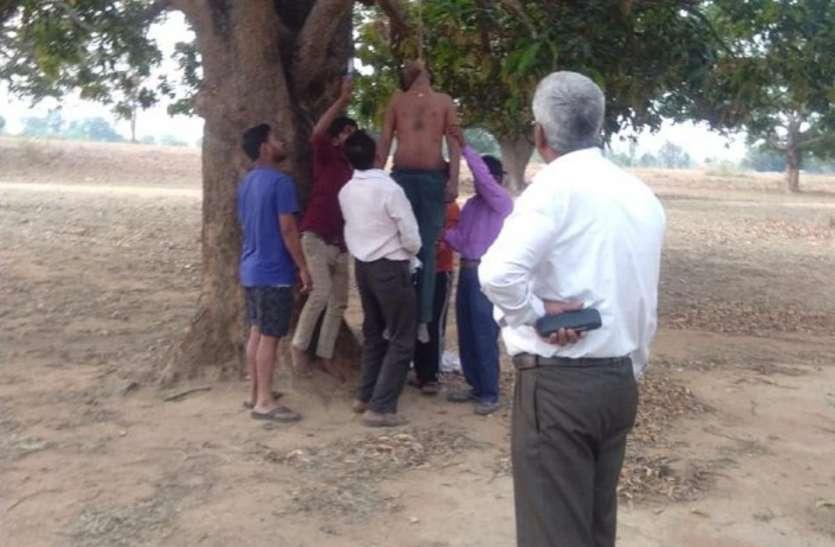बुजुर्ग पिता लगाता रहा गुहार-साहब फंदे से उतार दो बेटे की लाश