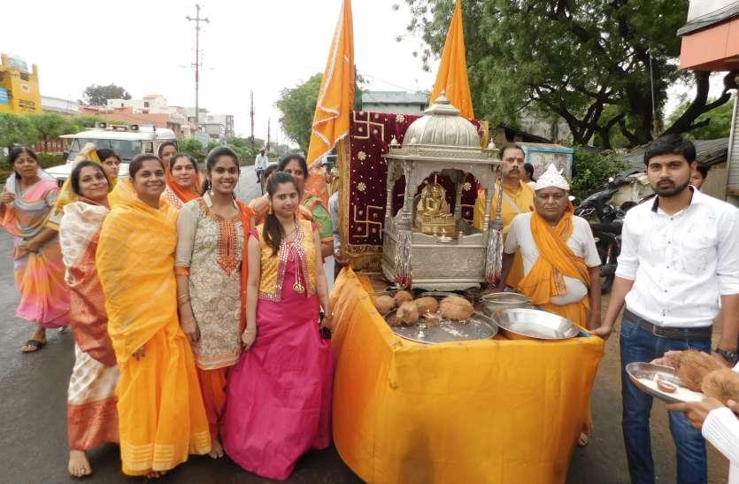 जैन धर्म के 24वें तीर्थंकर महावीर स्वामी की शहर में निकली शोभायात्रा, मंदिर में आयोजित हुए विशेष कार्यक्रम