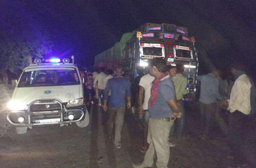 ट्रक ने सामने से आ रही बाइक को रौंदा, दो युवकों की मौत, ट्रक के पहिये में फसा शव