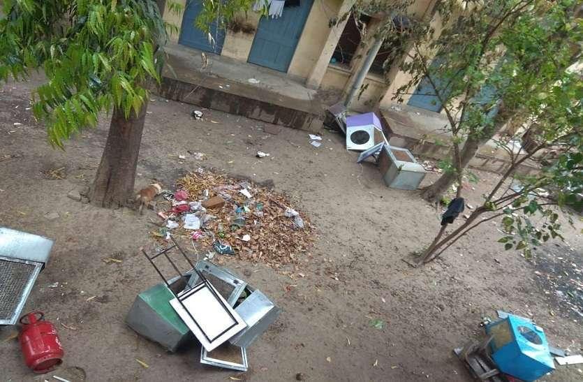 अवैध कब्जे वाले कमरों का फेंका गया सामान