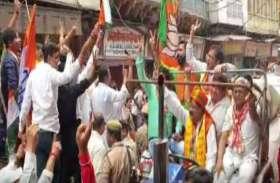 द्वारिकाधीश मंदिर के सामने भाजपा और कांग्रेस कार्यकर्ताओं में टकराव के हालात, देखें वीडियो
