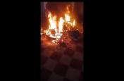 सोसायटी में आए कुछ लोग और बाइकों में लगा दी आग, फिर कार के पास गए और...देखें वीडियो