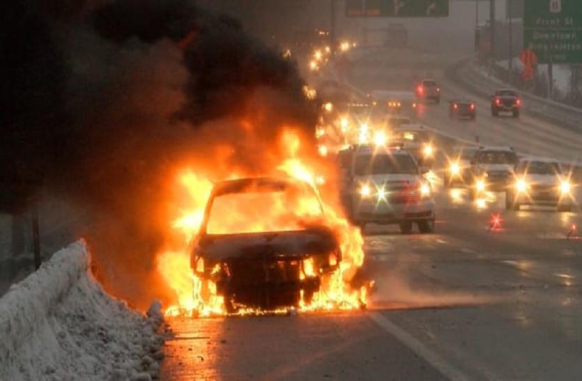 सड़क पर चलती कार बन गई आग का गोला, इसके बाद जो हुआ...