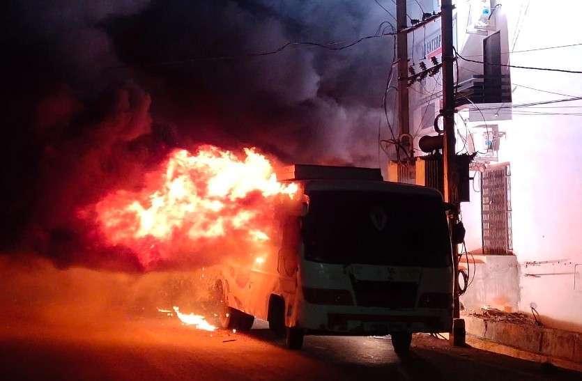 ट्रांसफार्मर में शॉट सर्किट से दो बसों में लगी भीषण आग, सैकड़ों घर अंधेरे में
