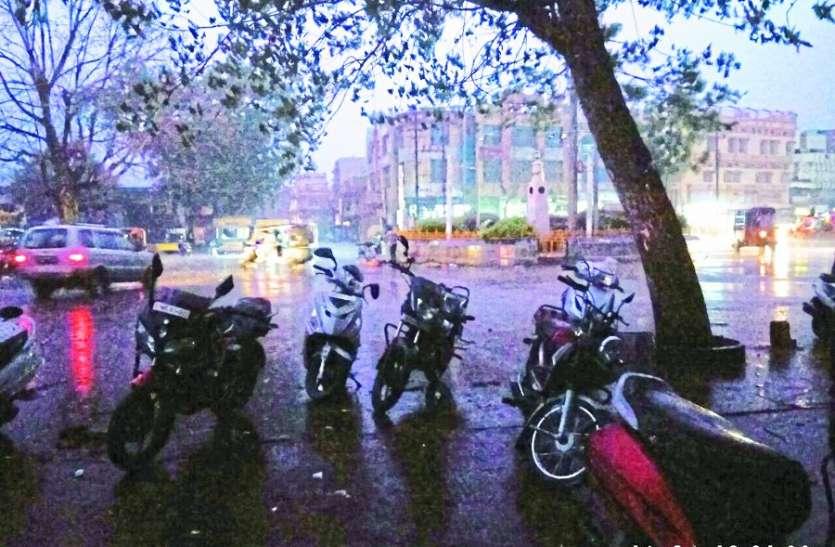 Video: आंधी के साथ हुई तेज बारिश, शहर में ब्लैक आउट, मार्ग भी किए बंद