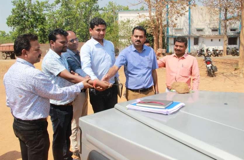 मतदान दलों के रवाना होने से पहले अधिकारियों ने की वाहनों की पूजा, कल होगा दूसरे चरण का चुनाव