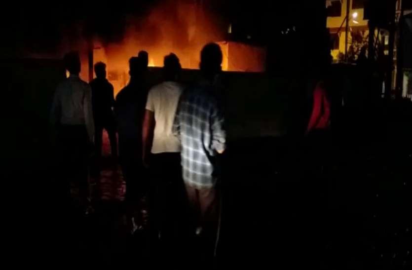 रात में पुलिस चौकी से आग की लपटें उठती देख, उड़े पुलिस जवानों के होश, जानिये फिर क्या हुआ, देखें वीडियो