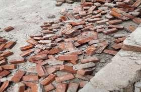 VIDEO : अंधड़ व तेज बारिश से भरभराकर गिरी दीवार, मलबे में दबने से बुजुर्ग की मौत