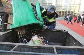 सड़कों की सफाई करने वाला ये मामूली इंसान करता है नेकी का काम, हर कोई कर रहा है सलाम