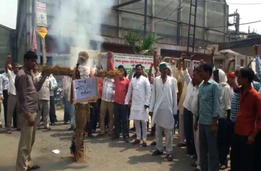 UP में बकाया भुगतान मांग रहे गन्ना किसानों पर एफआईआर, PM मोदी का फूंका था पुतला