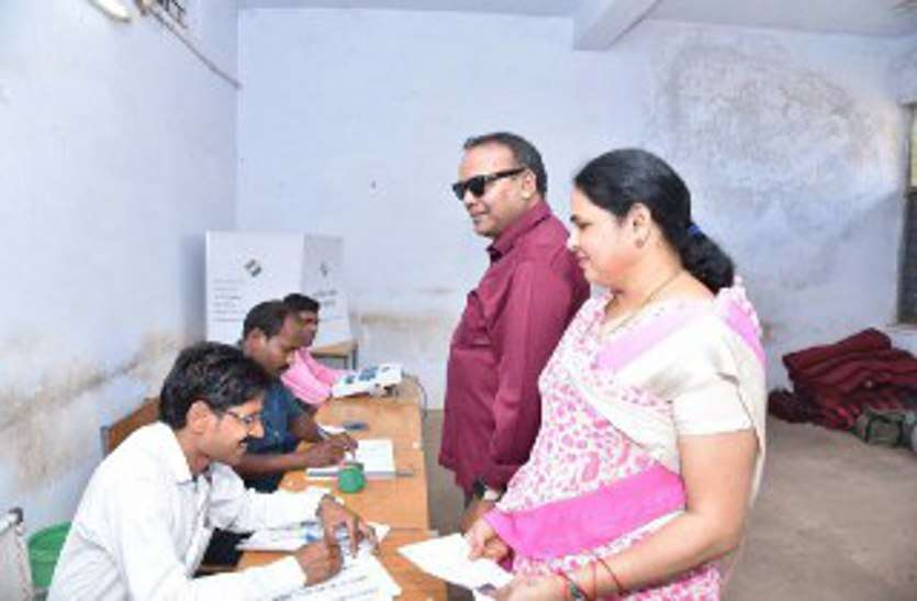 पूर्व मंत्री अजय चंद्राकर ने सपरिवार जाकर किया मतदान