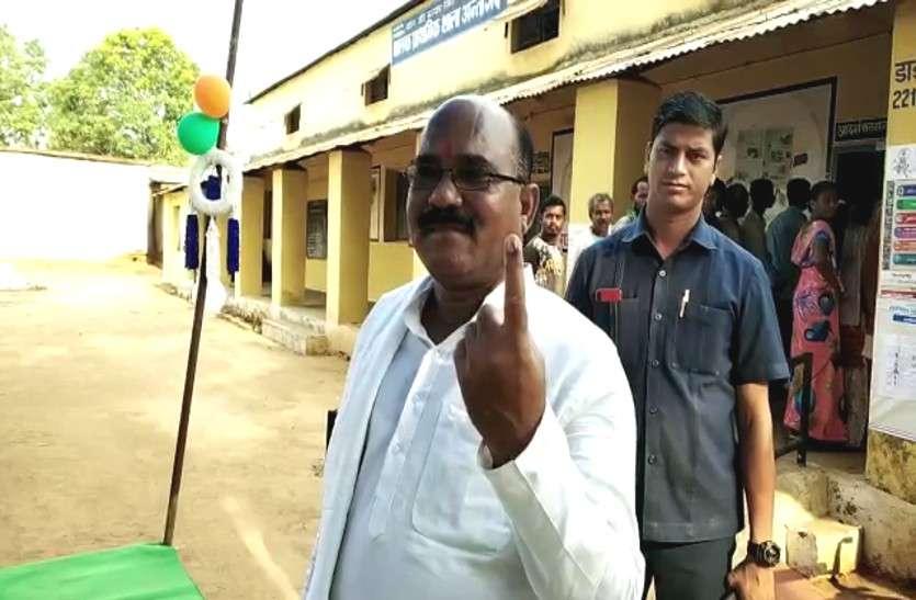 मतदान करने पोलिंग बूथ पहुंचे विधायक अनूप नाग, मतदान केन्द्रों में व्यवस्था का लिया जायजा