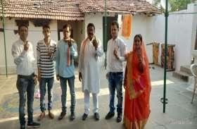 लोकसभा चुनाव Live : कांग्रेस प्रत्याशी भोलाराम साहू ने परिवार के साथ किया वोट