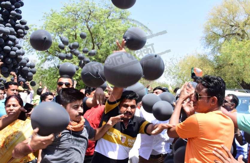 भाजपा प्रत्याशी अर्जुनराम मेघवाल ने भरा नामांकन, भाटी के समर्थकों ने उड़ाए काले गुब्बारे