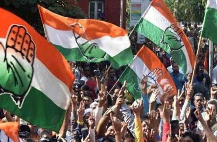 गहलोत ने अपने संबोधन के बाद भाजपा सरकार में पूर्व मंत्री रहे दिग्गज का दुपट्टा ओढ़ाकर सम्मान किया...