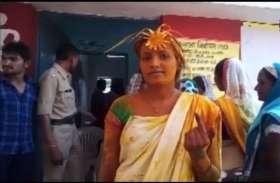 मतदान केंद्रों में पहुंचे इन दूल्हा-दुल्हनों ने दिया संदेश, कहा- सबसे पहले करें मतदान