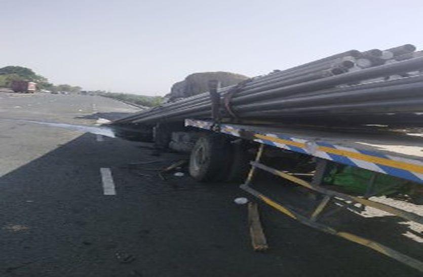 बायपास पर डिवाइडर पर चढ़े ट्रक से तेज रफ्तार ट्राला टकराया, तीन मौत