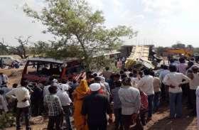 बस और डम्फर में हुई जोरदार टक्कर, दर्जनों यात्री घायल व दो की मौत