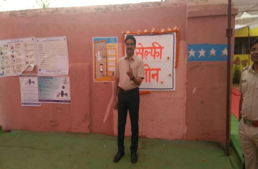 महासमुंद कलेक्टर सुनील कुमार जैन ने वोट डाल, जनता से की मतदान की अपील