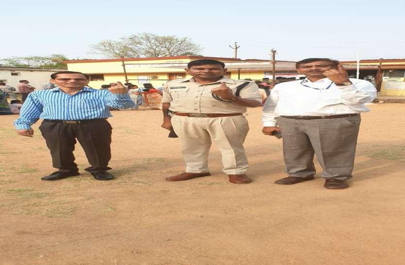 कांकेर के अपर कलेक्टर, एडिशनल एसपी और संयुक्त कलेक्टर साथ पहुंचे मतदान करने