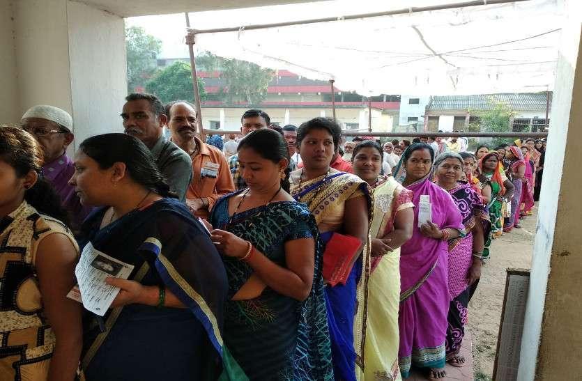 दूसरे चरण के चुनाव में वोट डालने सुबह से पोलिंग बूथ पहुंच रहे लोग, देखें फोटो