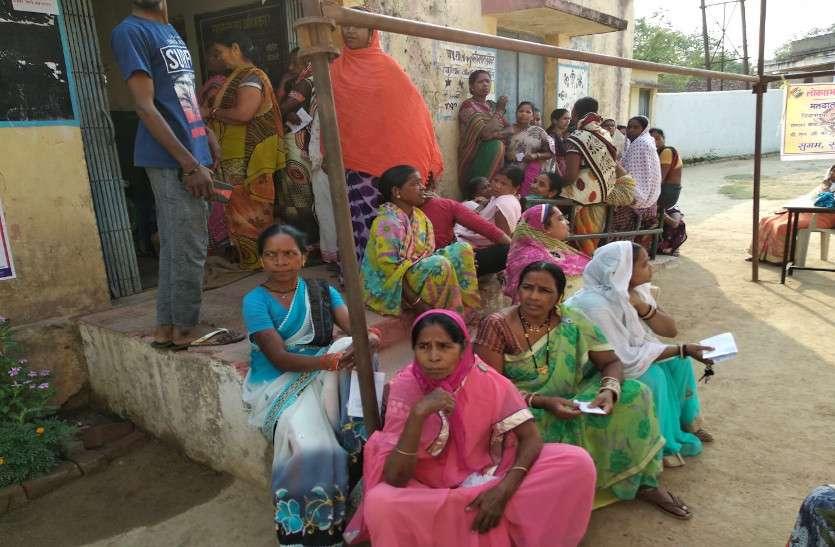 EVM खराब होने से रूका मतदान, पोलिंग बूथ के बाहर इंतजार कर रहे वोटर्स