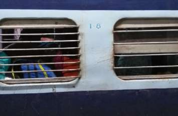 आरक्षित कोच में भेड़ बकरियों की तरह भर रहे यात्री ! देखिये वीडियो