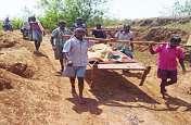 ऐसा गांव जहाँ आज भी बुनियादी सुविधाओं का अभाव, बीमार पडऩे पर उन्हें एंबुलेंस के बदले खाट में लेकर अस्पताल जाना पड़ता है