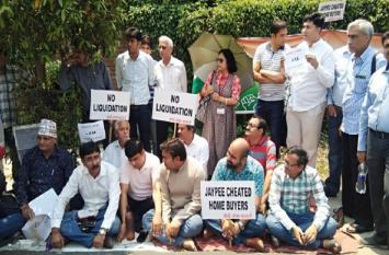 भूख हड़ताल पर बैठे जेपी के बायर्स, बोले- सरकार नहीं सिस्टम से है हमारी लड़ाई