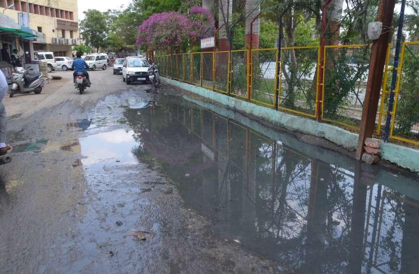 कागजों में शहर टॉप-10 में लेकिन हकीकत में बुरे हाल..सड़कों पर बह रहा है गंदा पानी...खुल रही ननि के दावों की पोल