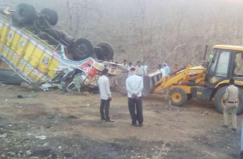 VIDEO अल सुबह पलटा ट्रक,फंस गए चालक-परिचालक, दी मौत को मात कैसे आए बाहर