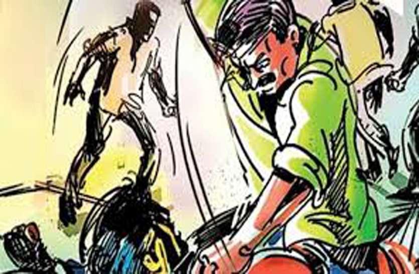 बच्चा चोर के अफवाह में युवक की जमकर पिटाई, मृत समझ कर युवक को सड़क पर फेंका