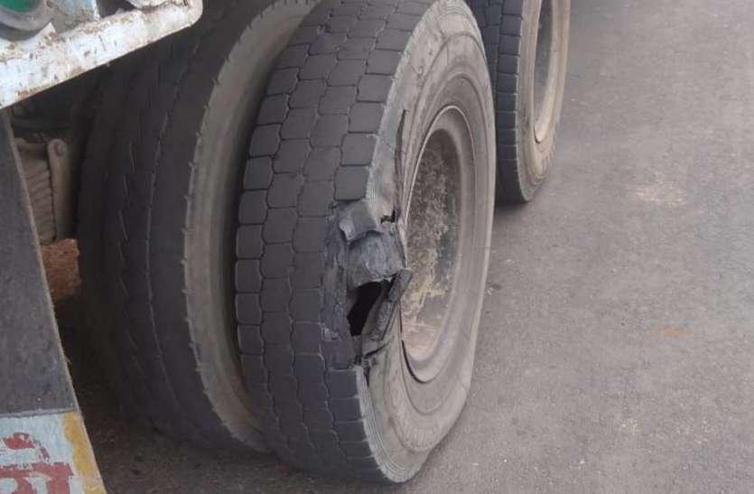 चेक करते ट्रक का पिछला टायर फटा, चालक-क्लीनर गंभीर रूप से घायल
