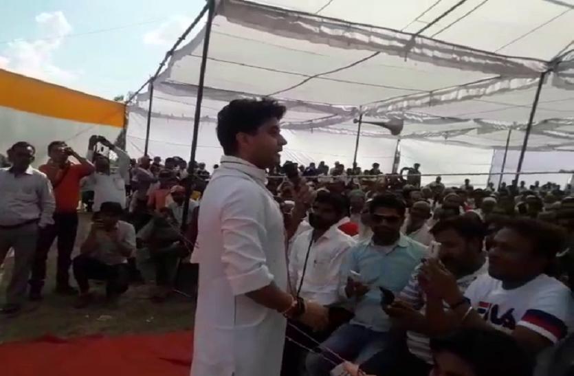 जब मंच से उतर कर जनता के बीच भाषण देने पहुंचे  ज्योतिरादित्य सिंधिया- देखें वीडियो