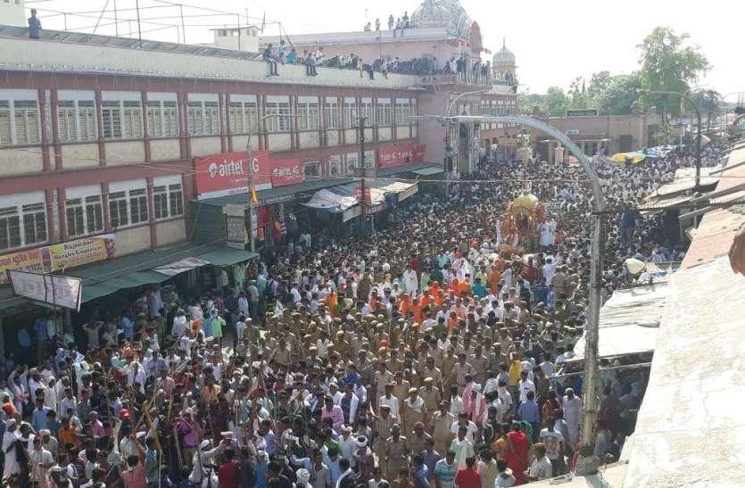 श्रीमहावीरजी में भगवान जिनेन्द्र के गूंजे गगनभेदी जयकारे और उमड़ा श्रद्धा का सैलाब...देखें फोटोओं में रथयात्रा के दृश्य....