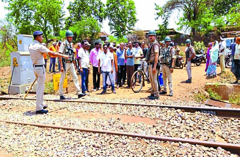 दो वार्डों को जोडऩे वाली पटरी पर रेलवे लगा रहा था खंभे, विरोध होने पर वापस लौटे